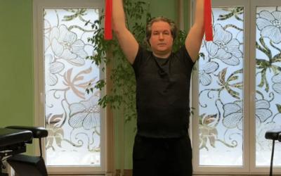 Angyal testtartás állva gumiszalaggal mozdulat